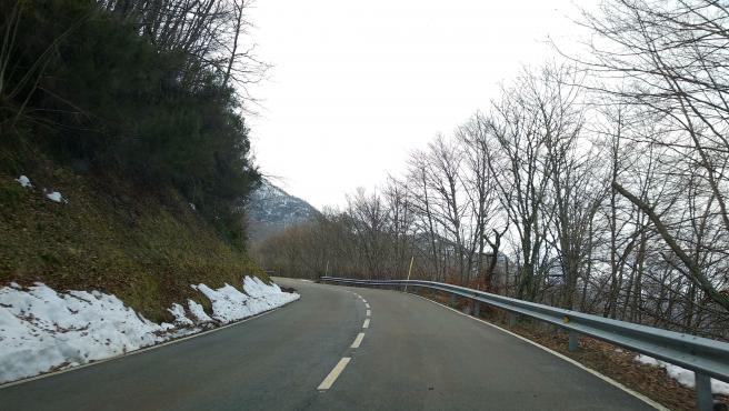 Nieve cerca de la carretera