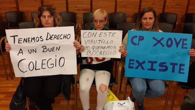 Protesta de representantes del Ampa del colegio de Jove en el Pleno por las inundaciones en el centro educativo