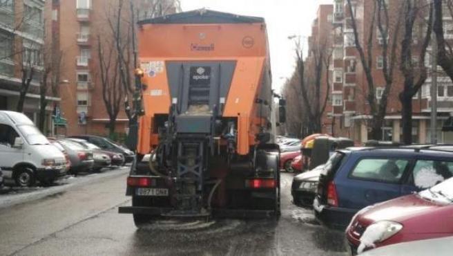 Camión esparciendo sal en las calles.