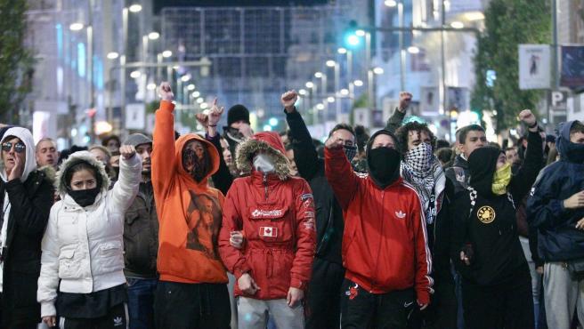 Varios manifestantes, que protestan por el desalojo de La Ingobernable, cortan la Gran Vía de Madrid.