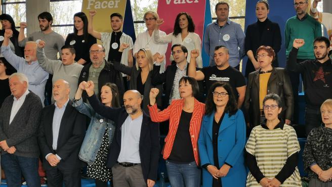 La portavoz del BNG, Ana Pontón, canta el himno gallego junto a los candidatos al Congreso para el 10N en un multitudinario acto de precampaña en Santiago de Compostela.