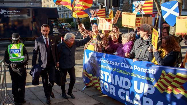 Ponsati se entrega en una comisaría, en Edimburgo