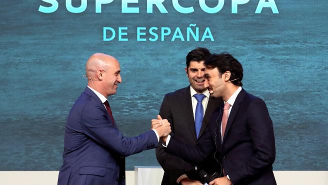 Luis Rubiales saluda al príncipe Abdulaziz Bin Turki Alfaisal durante el sorteo de la Supercopa de España.