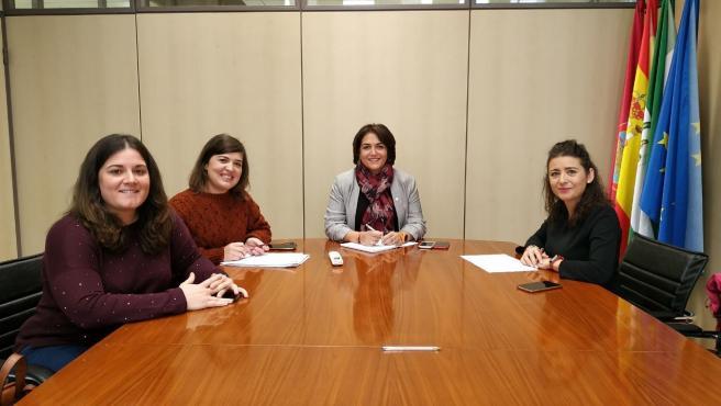 Timoteo (centro), en la reunión con las responsables de AJE Córdoba.