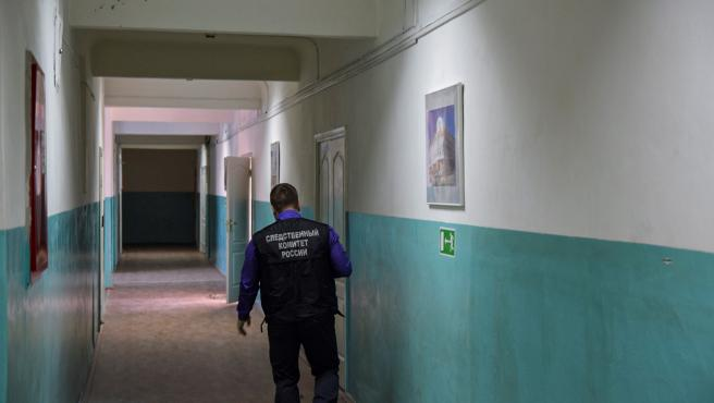 Investigador trabajando en la escena del crimen en una Escuela Superior de la ciudad de Blagovéschensk