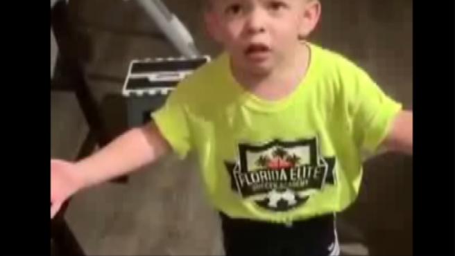 Niño enfadado porque su madre no le ha dado un beso