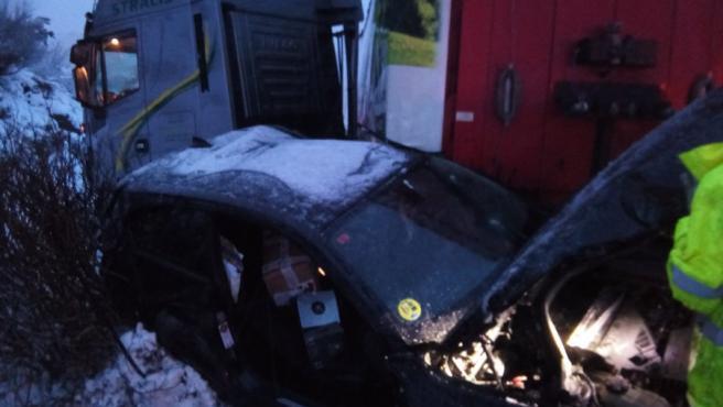 Vehículos implicados en un accidente ocurrido en la autovía A-52, a la altura de Requejo, en Zamora, en el que resultaron heridas dos personas.