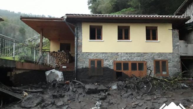 Casa afectada por un argayo en Salas.