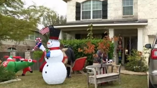 Piden A Una Familia Que Quiten Los Adornos De Navidad De Su