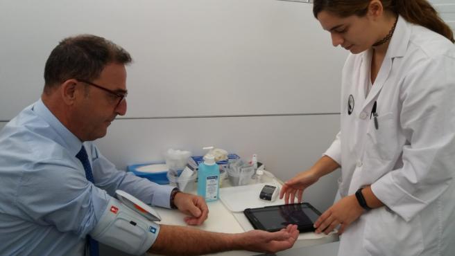 El delegado de Salud y Familias, Carlos Bautista, en una prueba dentro de un proyecto europeo que se realiza en Málaga para la prevención de enfermedades