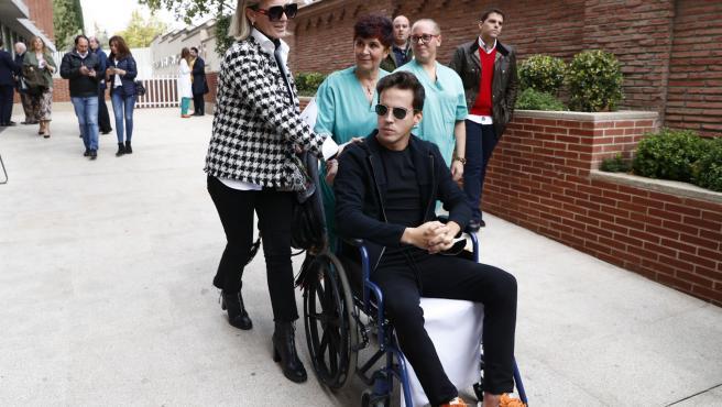 El novio de Victoria Federica, Gonzalo caballero, a su salida del hospital.