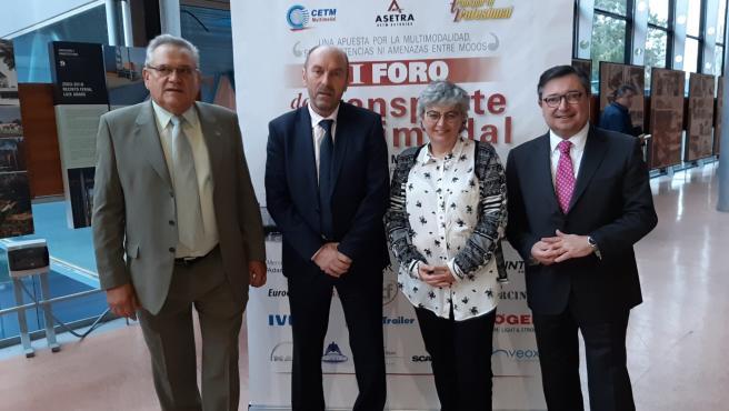 El presidente de Asetra, Ovidio de la Roza, el consejero de Infraestructuras, Juan Cofiño, la alcaldesa de Gijón, Ana González, y el presidente de El Musel, Laureano Lourido, antes de inaugurar el VI Foro del Transporte Multimodal