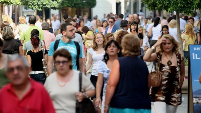 Fotos recurso de gente comprando en calles de Andalucía