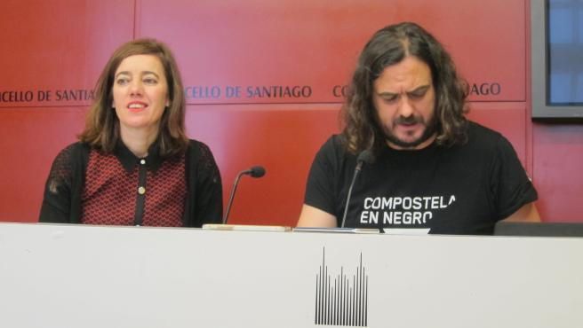 La edil de Compostela Aberta, Marta Lois, y el portavoz de Anova y diputado de Común da Esquerda, Antón Sánchez, en Santiago