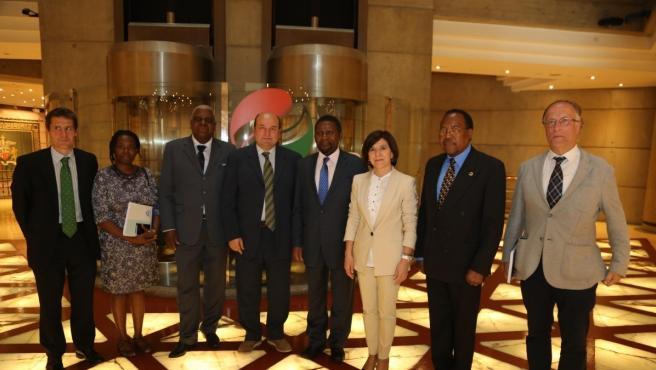 Representantes del PNV, con el presidente del EBB, Andoni Ortuzar, a la cabeza, junto a una delegación de UNITA, con su presidente, Isaías Sarakuva