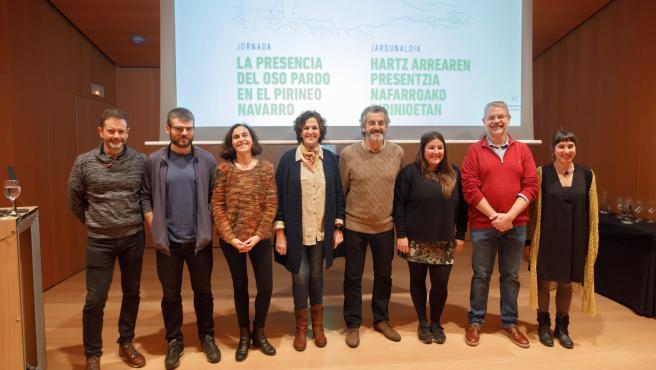 Itziar Gómez con los expertos que intervienen en la jornada 'La presencia del oso pardo en el Pirineo navarro'
