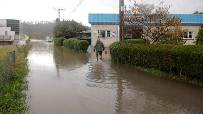 Vista del Polígono Industrial de Riveras, en el concejo asturiano de Pravia, afectada por el desbordamiento del río Narcea.