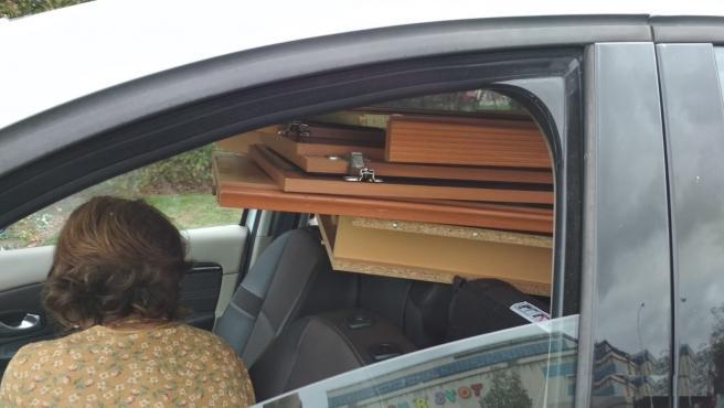 Una conductora es interceptada transportando muebles en un turismo
