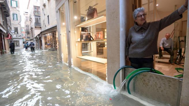Comerciantes en Venecia evitando que el agua entre en sus negocios