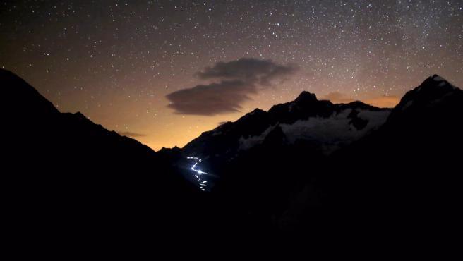 Solo falta que te imagines correr 170 kilómetros por montaña y pasar una o dos madrugadas en una oscuridad casi total. Y eso es lo que se ha propuesto documentar 'Nuits blanches', el cortometraje producido por Strava, la red social de los deportistas, y dirigido por Alexis Berg.