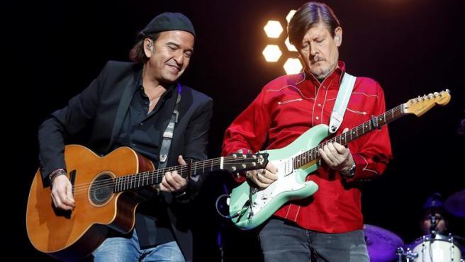 Álvaro Urquijo y Ramón Arroyo, de Los Secretos, durantre el concierto homenaje a Enrique Urquijo, en el Wizink Center de Madrid.