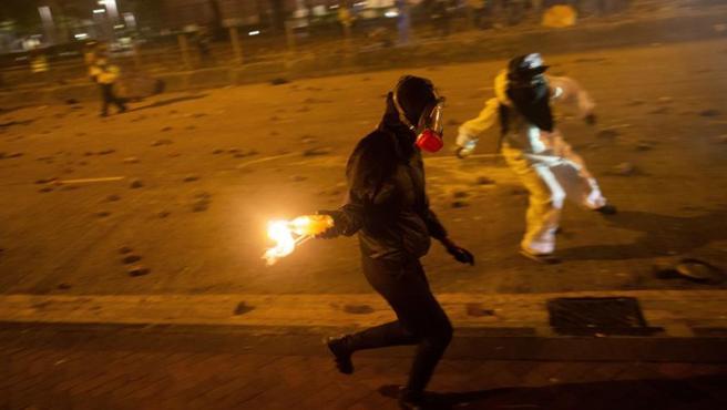 Manifestantes se enfrentan con cócteles molotov a la Policía en las afueras de la Universidad Politécnica de Hong Kong, China.