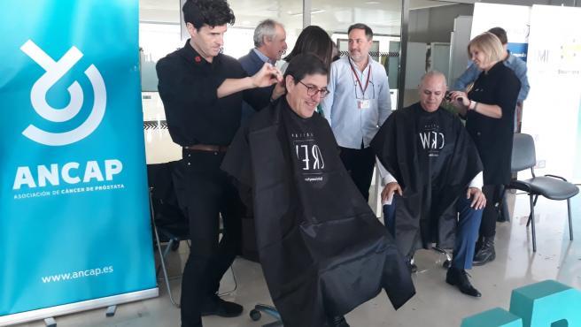 El consejero de Salud, Manuel Villegas, en la actividad 'Peluqueros que no se cortan', celebrada en el Hospital Clínico Universitario Virgen de la Arrixaca, en la que peluqueros cortaron el pelo a cambio de una donación