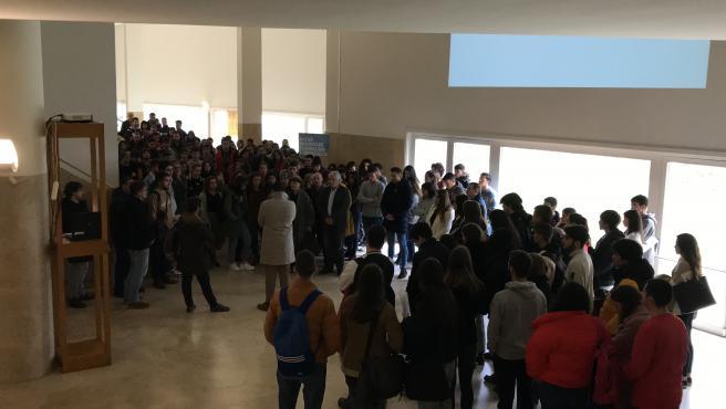 Estudiantes y profesores de periodismo en el minuto de silencio por Pablo López Orosa