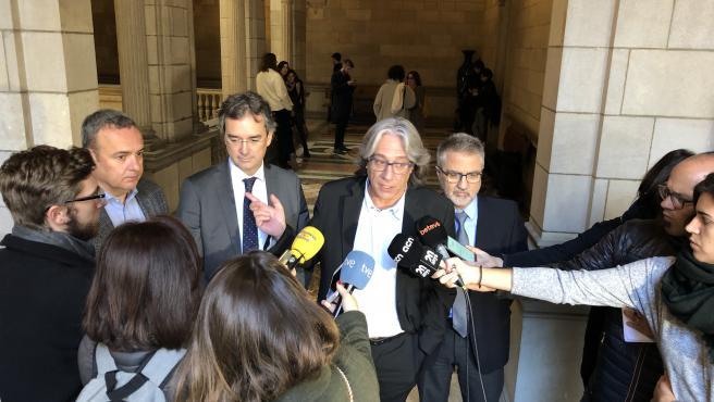 El regidor de turismo y industrias creativas y vicepresidente de Turismo de Barcelona, Xavier Marcé, atendiendo a los medios en el interior del Ayuntamiento de Barcelona.