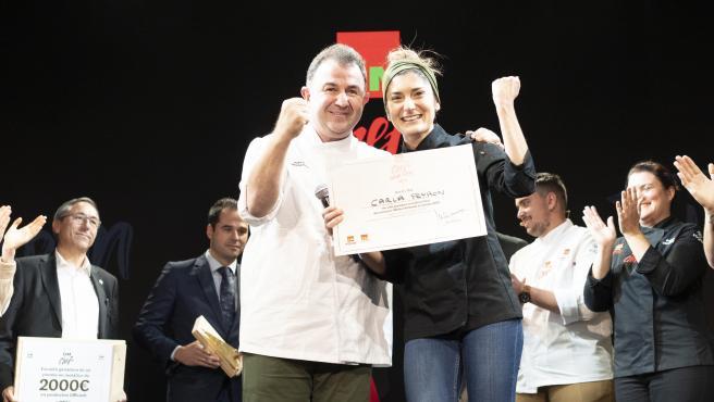 La ganadora Carla Peyron junto al chef Martín Berasategui