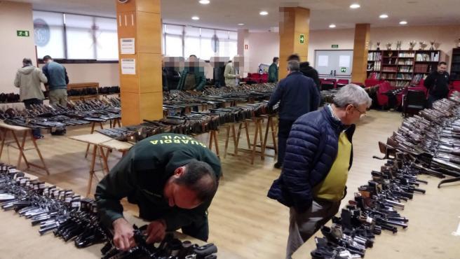 La Guardia Civil exhibe en A Coruña las armas que sacará a subasta