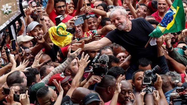 El expresidente brasileño Luiz Inácio Lula da Silva, llevado a hombros en Sao Bernardo do Campo (Brasil), su cuna política, en su primer día en libertad tras un año y siete meses en prisión.