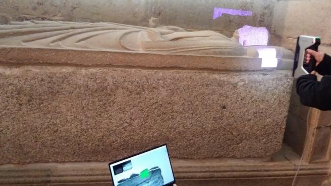 Trabajos de escaneado 3D de los sepulcros del Panteón Real de la Catedral de Santiago.