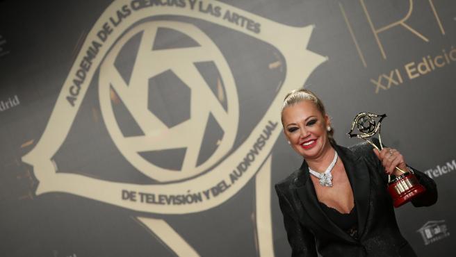 Belén Esteban, con el premio Iris de la Crítica de la Academia de Televisión, concedido a 'Sálvame' (Telecinco).