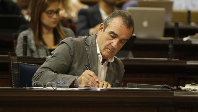 El vicepresidente y conseller de Transición Energética y Sectores Productivos, Juan Pedro Yllanes en el Parlament.