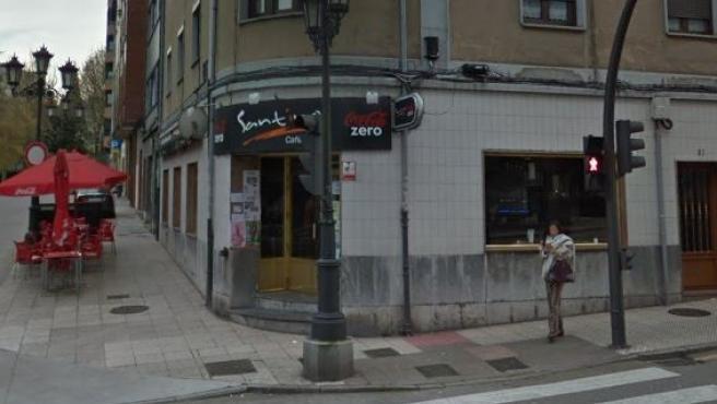 Entrada del bar Santino, atracado esta madrugada en Oviedo.