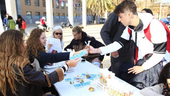 Estudiantes reparten material de la campaña de concienciación sobre antibióticos