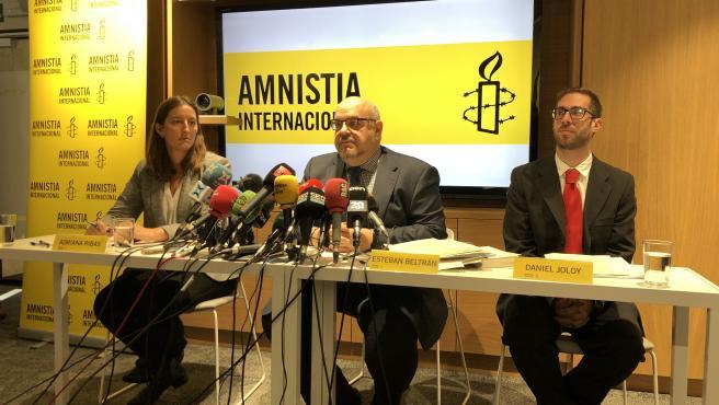 Adriana Ribas, coordinadora de Amnistía Internacional Catalunya, Esteban Beltrán, Director d'Amnistía Internacional España y Daniel Joloy, Asesor legal y de políticas de Amnistía Internacional, en rueda de premsa.