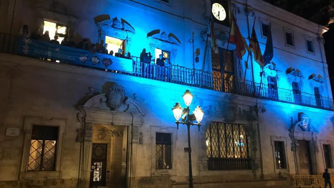 La fachada del Ayuntamiento de Palma se ilumina de azul con motivo del Día Mundial de la Infancia.