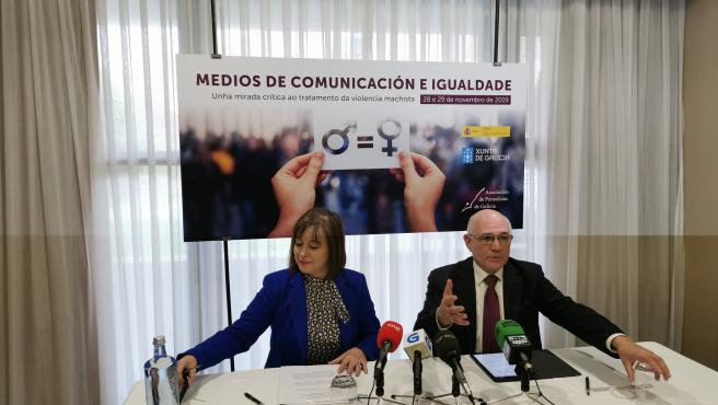 La secretaria xeral da Igualdade, Susana López Abella, y el presidente de la Asociación de Periodistas de Galicia, Arturo Maneiro, presentan un congreso sobre medios de comunicación y violencia machista.