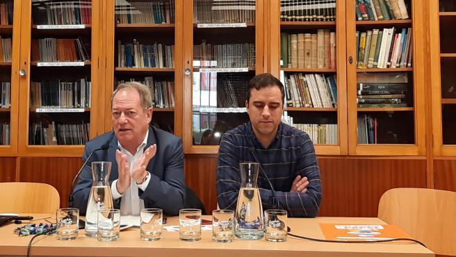 Los concejales del Ayuntamiento de Gijón, Aurelio Martín y Olmo Ron, durante la presentación de la campaña 'Pipí, Popó y Papel'