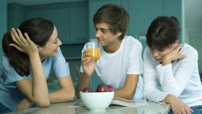 Una madre conversa con sus hijos en la cocina, en una imagen de recurso.