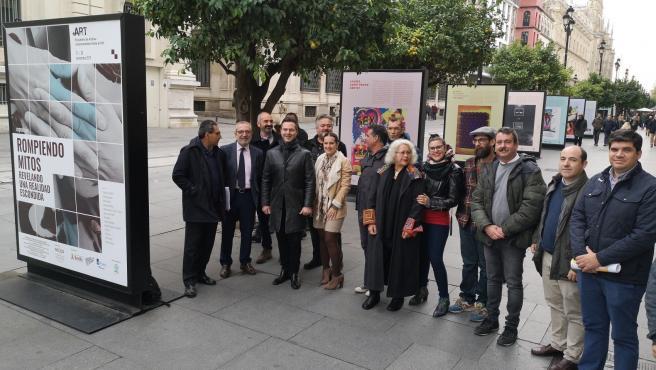 Muestra en la avenida de la Constitución de Sevilla sobre el sida