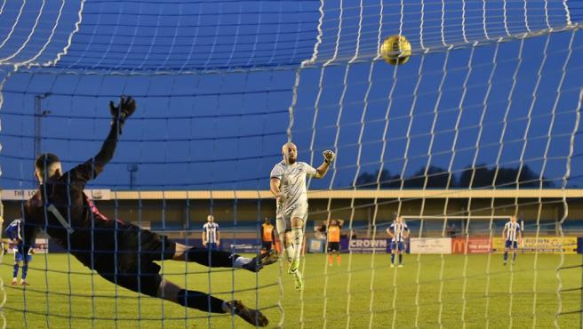 Tony Breeden, del Nuneaton Borough, lanza el penalti por el que se ha hecho viral