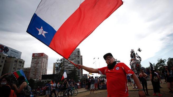 Manifestantes en la Plaza Italia de Santiago (Chile), rebautizada popularmente como 'Plaza de la Dignidad', al cumplirse un mes del inicio de las protestas sociales en el país.