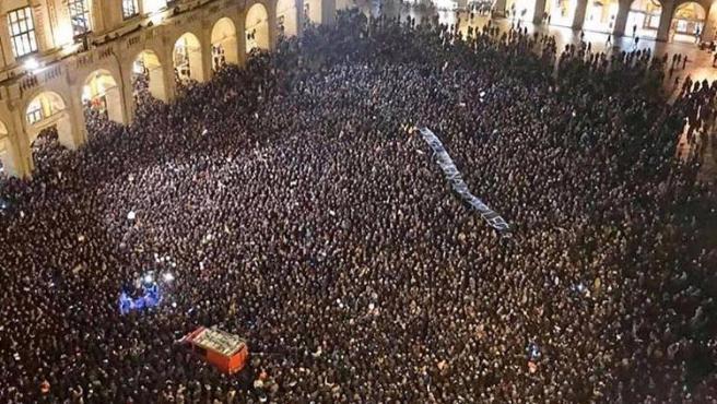 'Movimiento de las Sardinas' en la Plaza Mayor de Bolonia.