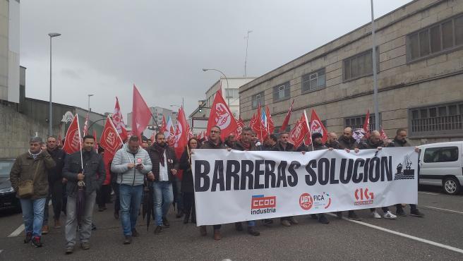 Trabajadores del astillero Barreras de Vigo se manifiestan en Beiramar.
