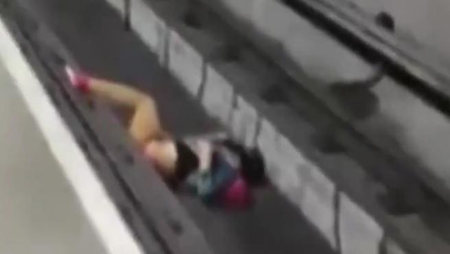 Un maquinista del metro de Sao Paulo (Brasil) logró frenar el tren que conducía a escasos centímetros de un hombre que había caído a las vías, tras desmayarse, en la estación de Sao Joaquim, según informa el diario O Globo.