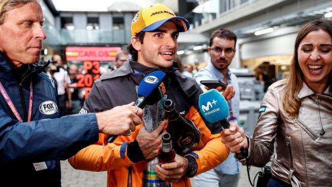 Carlos Sainz junto a varios periodistas en el GP de Brasil.