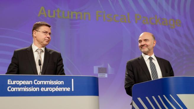 Valdis Dombrovskis y Pierre Moscovici, en la rueda de prensa.